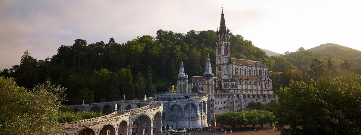 Sur le chemin de Saint-Jacques : Lourdes, ville sainte / Lourdes : holy city / Lourdes : ciudad santa