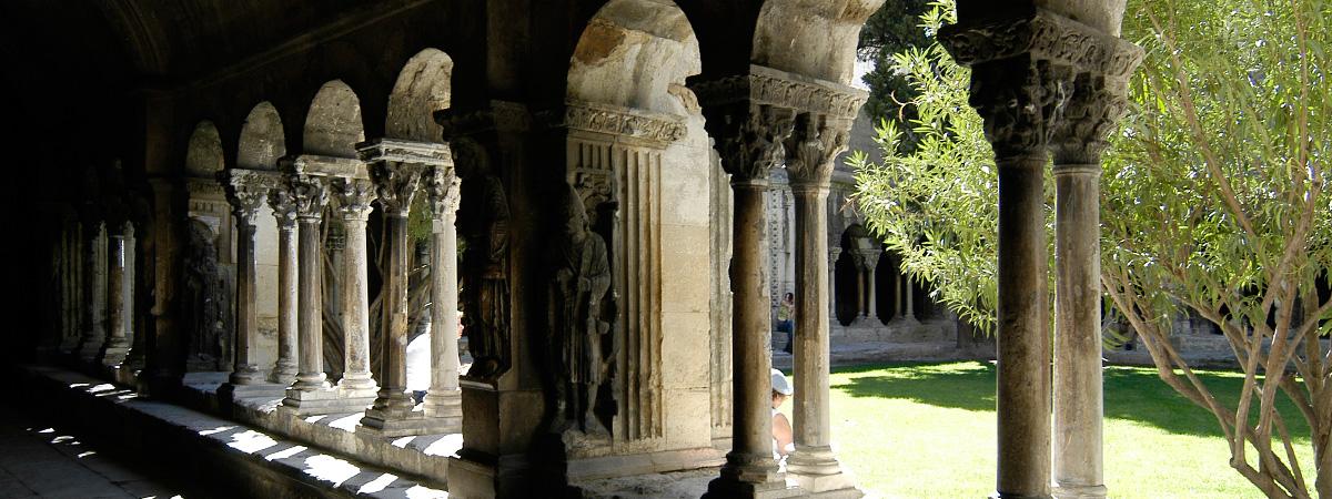 Sur le chemin de Saint-Jacques: Arles et le cloître Saint-Trophime - The cloister of Saint Trophime - Arles: la arquitectura románica del claustro Saint-Trophime